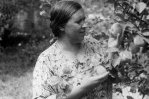 26. Евгения в саду с яблоками